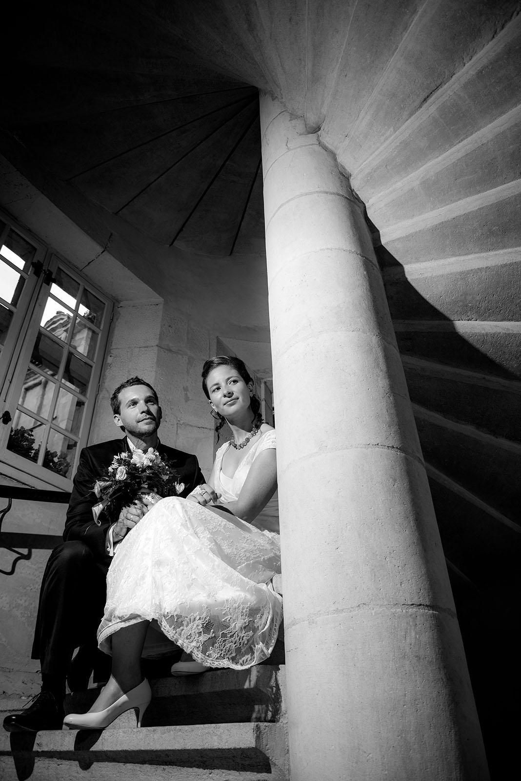 Mariage – Séance photos de couple dans l'escalier