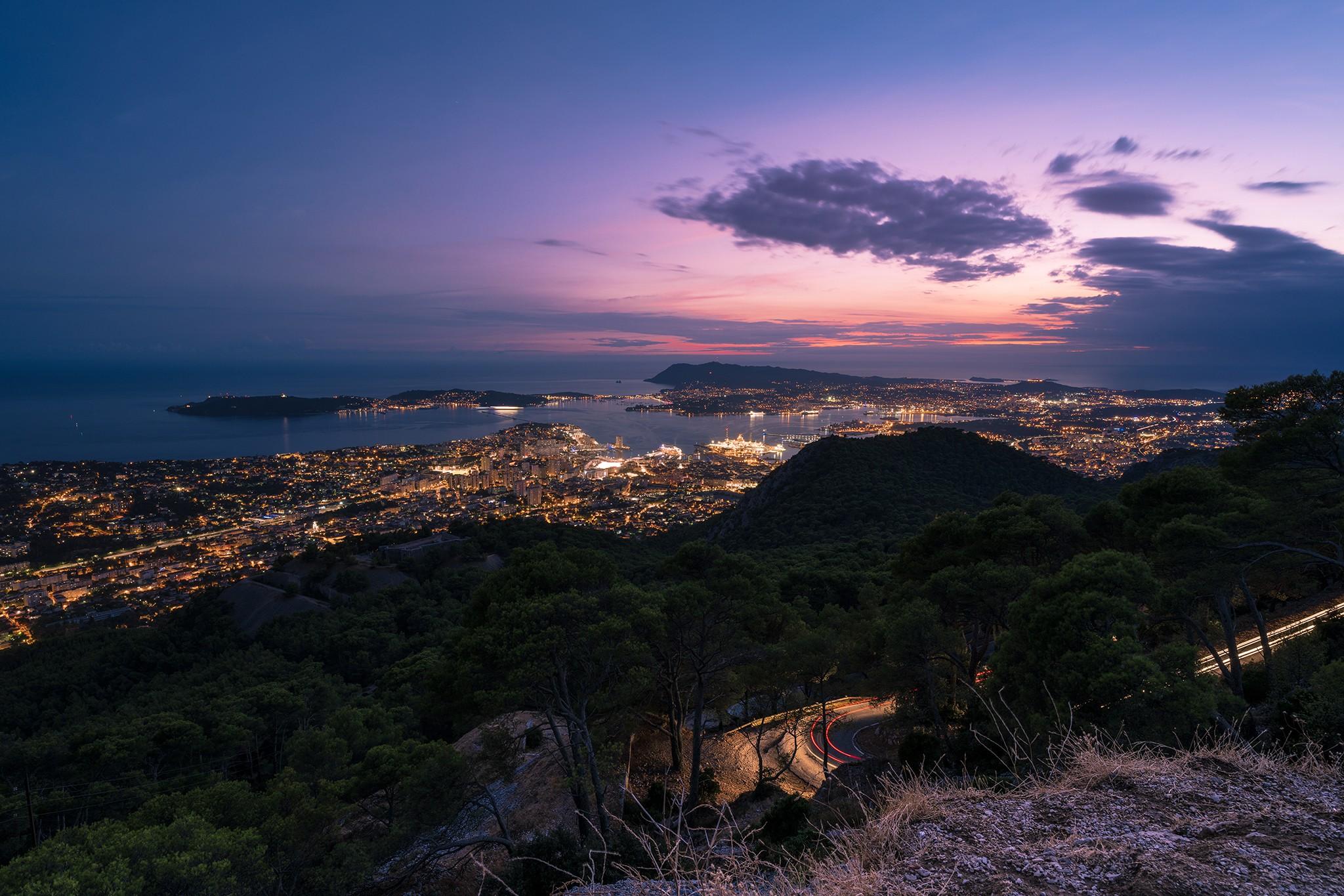 La rade de Toulon et la ville depuis le Mont Faron au soleil couchant   Var