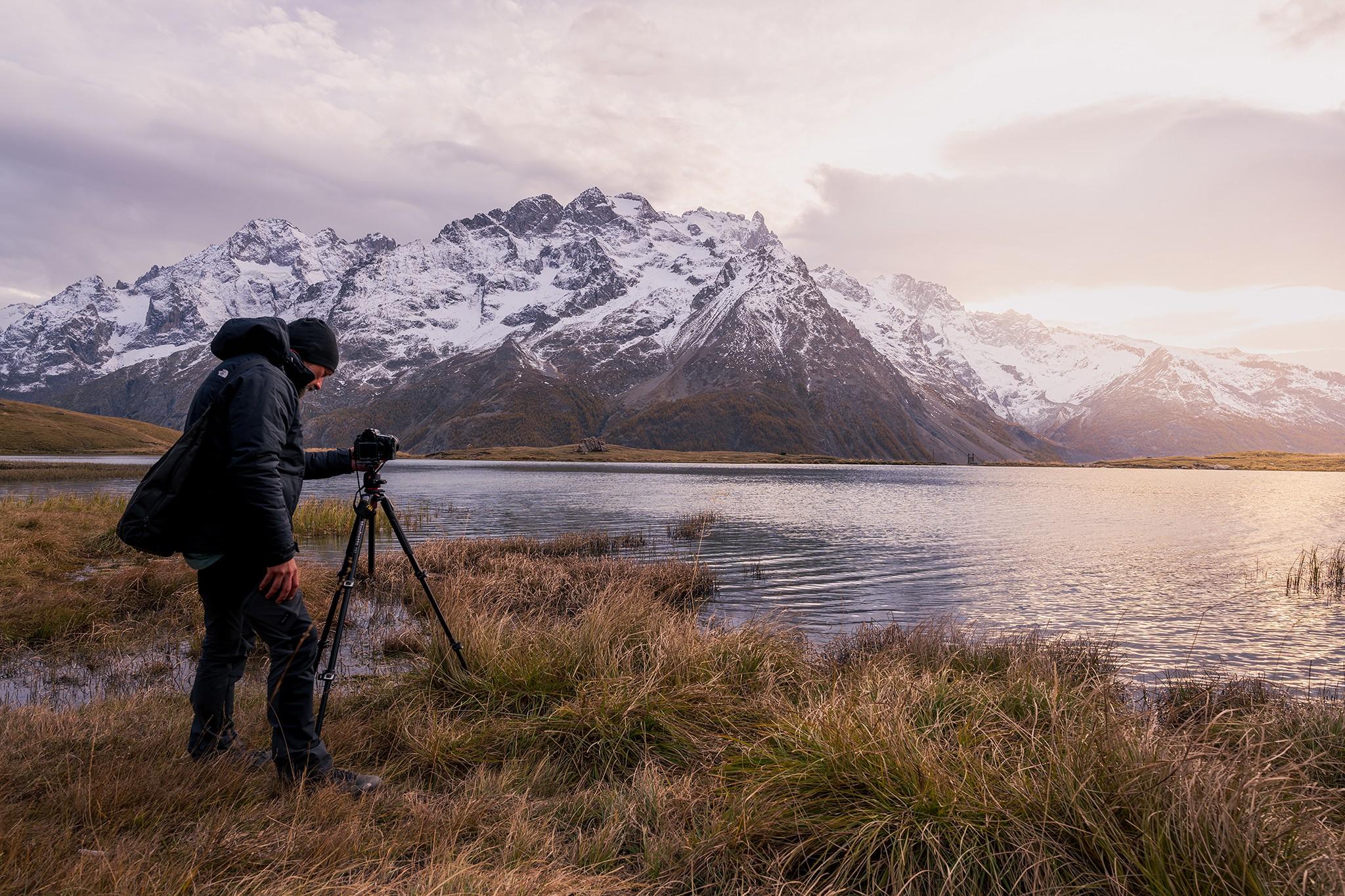 Un photographe en action face au coucher de soleil au lac du Pontet | Hautes-Alpes © Pierre ROLIN - Photographe Nancy - Lorraine / Grand Est